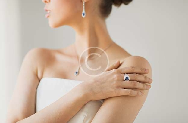 How-To Accessorize an Outfit With Jewelry